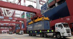 En la imagen, un camión mientras descarga un contenedor en el puerto de Qingdao (China). EFE/Archivo