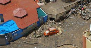 Fotografía aérea cedida este sábado por la Presidencia de Perú en la que se registró un vehículo y un grupo de viviendas destruidas e inundadas por un deslizamiento de tierra en el distrito de Mirave, en la región surandina de Tacna (Perú). EFE/Andrés Valle/Presidencia de Perú