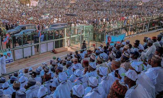 Simpatizantes del presidente de Nigeria y candidato a la reelección por el partido All Progressives Congress (APC) Muhammadu Buhari participan en un evento de campaña. EFE/Archivo