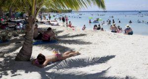 Turistas disfrutan de la playa en la isla de Roatán, en el caribe de Honduras. EFE/Archivo