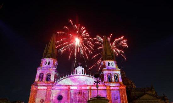 Edificios que cobran vida, esculturas multicolores, miles de luces y juegos artificiales inauguraron este miércoles el Festival GDLuz por los festejos del 477 aniversario de Guadalajara, capital del occidental estado mexicano de Jalisco.