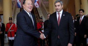 El presidente de Paraguay, Mario Abdo Benítez (d), fue registrado este jueves al saludar a su homólogo panameño, Juan Carlos Varela (i), a su llegada a la sede del Palacio de Gobierno en Asunción (Paraguay). EFE