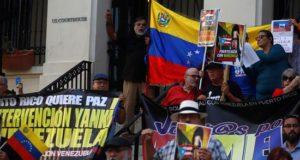 Numerosas personas se manifestaron hoy frente al Tribunal Federal del Viejo San Juan, donde expresaron su apoyo al Gobierno de Venezuela y su rechazo a la posibilidad de una intervención militar de parte del Gobierno estadounidense en el país sudamericano.