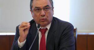 El ministro de Economía de Perú, Carlos Olivia, habla durante una rueda de prensa. EFE/Archivo