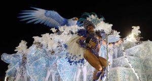 Integrantes de la escuela de samba del Grupo Especial Portela desfilan el 12 de febrero de 2018, en la celebración del carnaval en el sambódromo de Marques de Sapucaí en Río de Janeiro (Brasil). EFE/Archivo