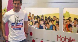 La Fundación Messi, dirigida por la familia de la estrella mundial de fútbol Lionel Messi (i), desde 2007 lleva a cabo acciones solidarias para mejorar la infancia de niños en Argentina y en todo el mundo en el ámbito de la salud, el deporte y la educación. EFE/Archivo