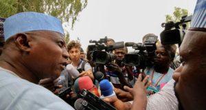 El portavoz presidencial de Nigeria, Shehu Garba (izda), se dirige a los medios de comunicación en Daura, Katsina, Nigeria, hoy 16 de febrero de 2019. EFE