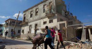 Varias personas recogen restos tras el paso del tornado, como parte del proceso de recuperación de los daños causados por el fenómeno climatológico, en una calle del municipio Diez de Octubre, en La Habana (Cuba). EFE/Archivo