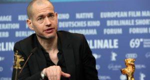 """Nadav Lapid, ganador del Oso de Oro a la mejor película por """"Sinónimo"""", en rueda de prensa hoy en Berlín .EFE/EPA/HAYOUNG JEON"""