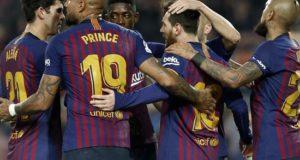 El delantero argentino del FC Barcelona, Lionel Messi (2d), celebra su gol anotado ante el Real Valladolid, el primero del partido correspondiente a la jornada 24 de La Liga Santander disputado en el Camp Nou, en Barcelona. EFE