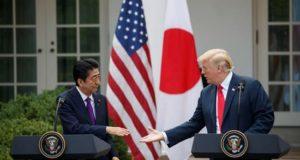 El presidente de los Estados Unidos, Donald J. Trump, y el primer ministro japonés, Shinzo Abe (L), participan en una conferencia de prensa conjunta en el Jardín de las Rosas de la Casa Blanca en Washington, DC , EE. UU. EFE/Archivo