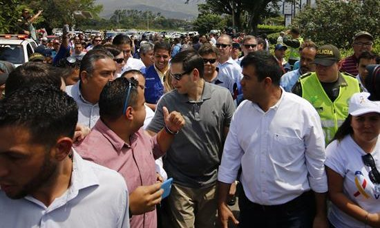 El senador estadounidense Marco Rubio (c) llega al puente internacional Simón Bolívar que limita con Venezuela este domingo, en Cúcuta (Colombia). EFE