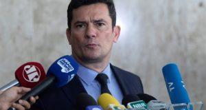 El ministro de Justicia y Seguridad de Brasil, Sérgio Moro, habla durante una rueda de prensa este martes, luego de una reunión con el presidente brasileño, Jair Bolsonaro, en la que trataron el nuevo proyecto de ley Anticrimen, en Brasilia (Brasil). EFE