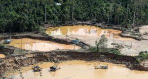 Fotografía aérea cedida de campamentos de minería ilegal martes, en un área deforestada de la zona conocida como La Pampa, en la región sur amazónica de Madre de Dios (Perú). EFE/Ministerio de Defensa del Perú