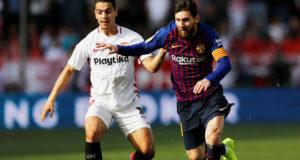 Wissam Ben Yedder de Sevilla en acción con Lionel Messi de Barcelona, en encuentro del campeonato LaLiga. Sevilla, España, 23 de febrero de 2019.