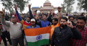 """Una multitud espera la llegada del piloto Abhinandan Varthaman de las Fuerzas Aéreas indias en Attari-Wagah (India), este viernes. El anuncio de Pakistán de que """"en un gesto de paz"""" liberará este viernes al piloto indio capturado, abre la posibilidad de que se rebaje la tensión entre Islamabad y Nueva Delhi tras días de escalada bélica. EFE"""