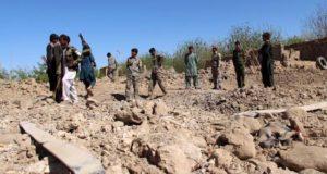 Miembros de las Fuerzas de Seguridad afganos inspeccionan el lugar donde ha estallado un coche bomba en el distrito Nad-e-Ali en la provincia de Helmand en Afganistán. EFE/Archivo
