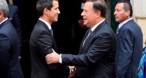 El mandatario interino de Venezuela, Juan Guaidó (i), y el presidente de Panama, Juan Carlos Varela (d), hablan durante una foto de familia, durante la cumbre del Grupo de Lima, el pasado 25 de febrero. EFE
