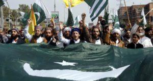 Manifestantes durante una protesta en contra de la India el pasado miércoles en Karachi, Pakistán. EFE