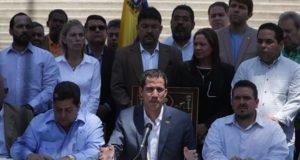 El jefe del Parlamento, Juan Guaidó (c), habla durante una rueda de prensa este domingo en el Palacio Federal Legislativo, sede de la Asamblea Nacional, en Caracas (Venezuela). EFE