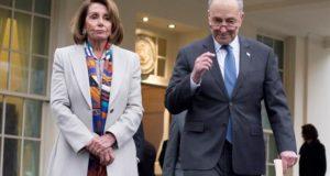 En la imagen, la presidenta de la Cámara de Representantes, Nancy Pelosi (i), y el líder de la minoría en el Senado, Chuck Schumer (d). EFE/Archivo