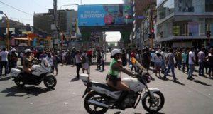 Vista de una entrada cerrada al emporio comercial de Gamarra este lunes, en el barrio de La Victoria, en Lima (Perú). EFE
