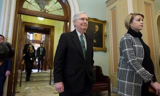 El líder de la Mayoría del Senado, el republicano Mitch McConnell (i), sale de la Cámara del Senador junto a la subjefe de Estado Mayor de Operaciones, Stefanie Muchow (d), este jueves después de que el senado votara en contra de la emergencia nacional decretara por el presidente estadounidense, Donald Trump, en el Capitolio, en Washington, DC (EE.UU.). EFE