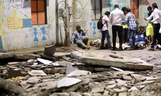 Al menos cuatro personas han muerto y 28 han resultado heridas hoy en el derrumbe de un puente para peatones que da acceso a una estación de tren en la ciudad de Bombay (Mumbai), en el oeste de la India.