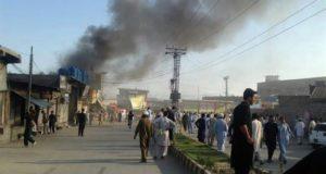Varias personas observan una nube de humo después de un atentado bomba en Parachinar, Pakistán. EFE/Archivo