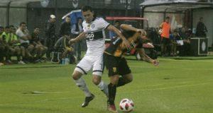 El jugador de Olimpia Néstor Camacho (i) disputa el balón con Cesar Cabral de Guaraní este domingo, durante un partido disputado en el estadio Defensores Del Chaco en Asunción (Paraguay). EFE