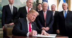 """El presidente de EE.UU., Donald Trump, rompió hoy de nuevo el consenso internacional al reconocer oficialmente la soberanía de Israel sobre los ocupados Altos del Golán, un gesto que justificó por la """"agresión"""" de Irán y que cobró un tono político, dada la cercanía de las elecciones israelíes."""