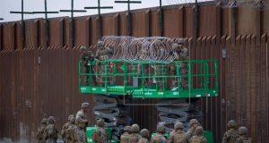 Militares colocaban concertinas en la parte superior del muro que separa México de EEUU, cerca del paso fronterizo de Otay Mesa en San Diego, California (Estados Unidos) el pasado noviembre. EFE/Archivo