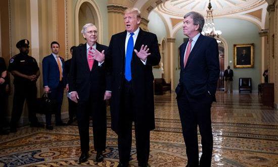 El presidente de Estados Unidos, Donald Trump (c), durante una reunión celebrada este martes en el Capitolio, en Washington (Estados Unidos). EFE