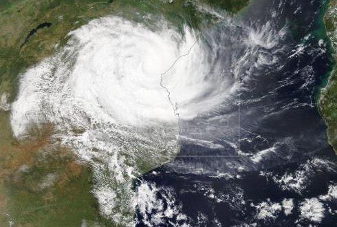 Imagen tomada por satélite que muestra el ciclón Idai mientras llega, este viernes, a Mozambique. EFE/ Nasa Worldview (foto cedida)
