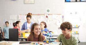Fotografía sin fecha cedida por la compañía juguetera LEGO donde aparecen estudiantes mientras montan un SPIKE Prime, que consiste en un soporte con forma rectangular, que cabe en la palma de la mano, y al que se le pueden añadir diferentes ladrillos de LEGO con los que ir montando figuras que, gracias a sus motores, pueden moverse o iluminarse en función del código con el que sea programado. EFE/LEGO