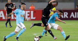 Jugadores de Sporting Cristal disputan un balón con Alejandro Silva (c) de Olimpia este jueves, en un partido del grupo C de la Copa Libertadores entre Sporting Cristal y Olimpia en el Estadio Nacional en Lima (Perú). EFE