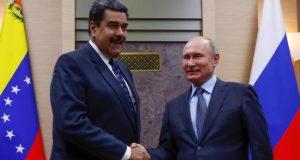 El presidente ruso, Vladímir Putin (d), estrecha la mano a su homólogo venezolano, Nicolás Maduro. EFE/Archivo