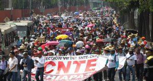 Cientos de maestros protestan este viernes en Ciudad de México (México). EFE
