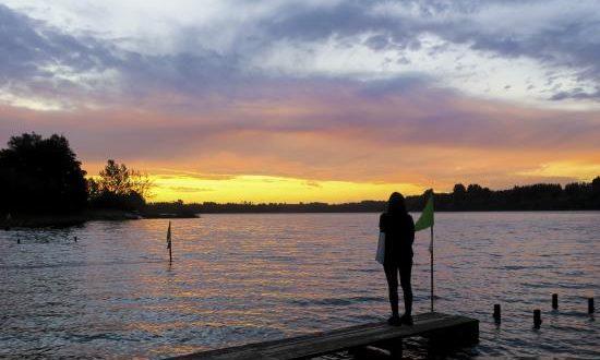 Fotografía del 20 de marzo de 2019, muestra a una mujer mientras observa el lago Lanalhue, en la sureña región del Biobío (Chile). EFE