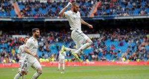 El delantero francés del Real Madrid Karim Benzema (d) celebra el segundo gol del equipo ante el Eibar durante el partido de la trigésima primera jornada de liga que se disputó en el estadio Santiago Bernabéu. EFE