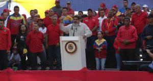 El presidente de Venezuela, Nicolás Maduro, habla ante miles de simpatizantes este sábado, en Caracas (Venezuela). EFE