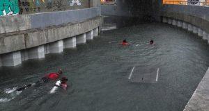 Un grupo de bomberos fue registrado este martes al bucear en un túnel inundado, tras un fuerte temporal, en Barra de Tijuca, en Río de Janeiro (Brasil). EFE