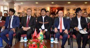 El presidente de Bolivia, Evo Morales (c); el ministro de Educación turco, Ziya Selcuk (2-izq), y el rector de la Universidad de Ankara, Erkan Ibis (2-dcha), asisten a una conferencia este martes en Ankara (Turquía), en el ámbito de su visita oficial al país. EFE