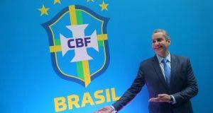 El nuevo presidente de la Confederación Brasileña de Fútbol (CBF), Rogério Caboclo, posa junto al escudo de la CBF durante un evento este martes, en Río de Janeiro (Brasil). EFE