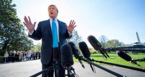 El presidente estadounidense, Donald Trump, ofrece declaraciones a los medios antes de dirigirse al helicóptero oficial en la Casa Blanca, Washington D.C (Estados Unidos), este miércoles. EFE