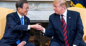 El presidente estadounidense, Donald J. Trump (d), recibe al presidente surcoreano, Moon Jae-in (i), durante su encuentro en la Casa Blanca, Washington D.C (Estados Unidos), este jueves. EFE
