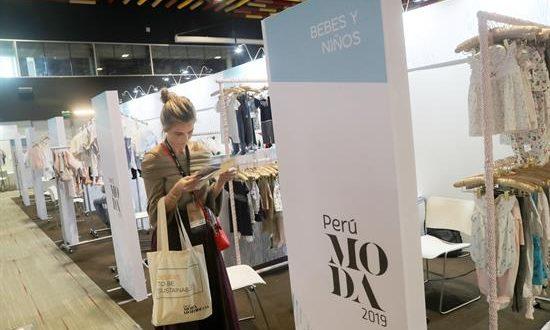 Una visitantes fue registrada este jueves durante la inauguración de la feria Perú Moda, en el Centro de Convenciones de Lima (Perú). EFE
