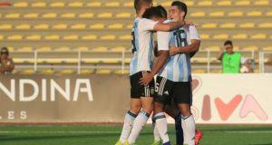 Jugadores de Argentina celebran un gol ante Paraguay este jueves en un partido de la ronda final del Campeonato Sudamericano Sub17 entre Paraguay y Argentina, en el estadio de la Universidad Nacional Mayor de San Marcos en Lima (Perú). EFE