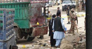 Oficiales de seguridad paquistaníes inspeccionan el lugar de la explosión de una bomba este viernes en Quetta (Pakistán). EFE