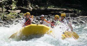 En grupo de personas participa en una actividad de rafting, en el río Pacuare, en la provincia de Limón (Costa Rica). EFE/Archivo